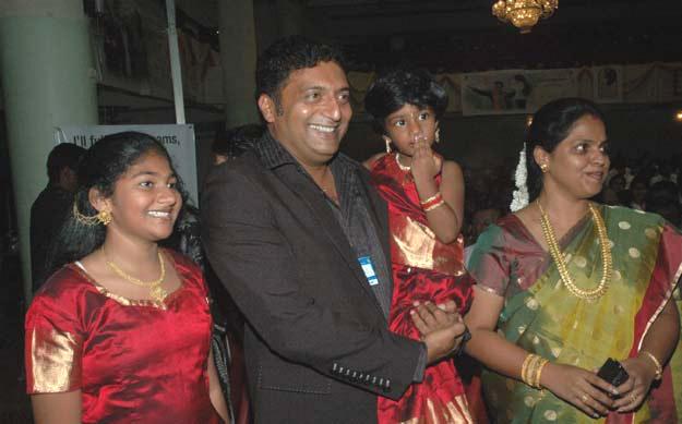 prakashraj-wife and6daughter