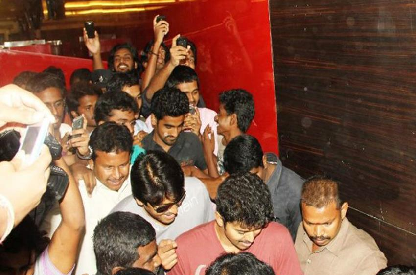 vijay-at-sathyam-theater